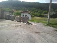 Непочистени контейнери за смет в Пернишко село