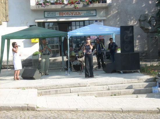 Оркестър с две певици пред читалището