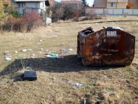 Разхвърлян от кучета контейнер за боклук в местността Разкръскье